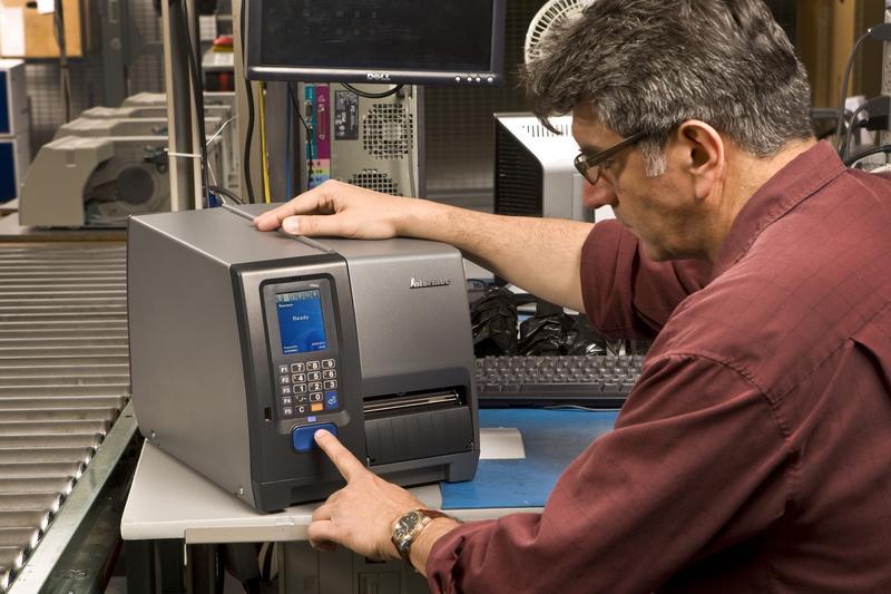 Промышленный принтер этикеток Honeywell PM43 в работе
